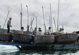 China releases 21 Vietnamese fishermen after month being captured from Hoang Sa Truong Sa island that suppose to belong to Vietnam